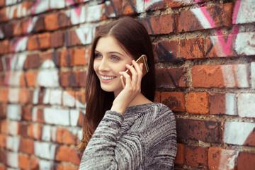 attraktive junge frau telefoniert mit handy in der stadt