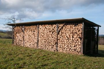 Holzstabel überdacht