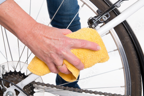 Spring cleaning of the bike frame with a cloth - 77157625