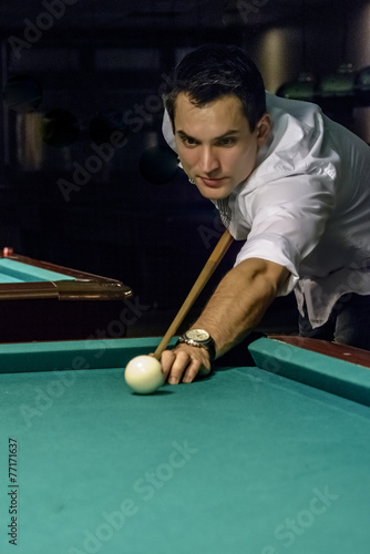 Staande foto focussed young male billiard player