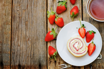 cake roll with strawberries and cream cheese