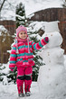 petite fille et bonhomme de neige