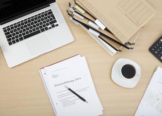 steuererklaerung mit laptop und kaffee