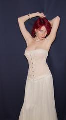 Donna sensuale con abito elegante