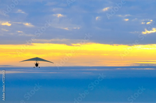 Aluminium Luchtsport motor hang glider in the cloudy sunset