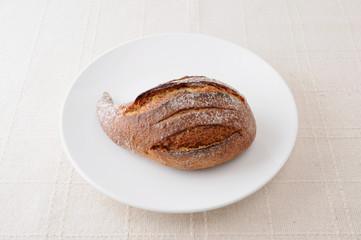 お皿にのせた フランスパン イチジクパン クローズアップ テーブル