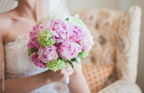 Deurstickers Hydrangea bride holding a wedding bouquet