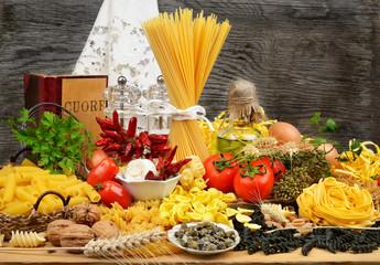 pasta mista cruda e ingredienti