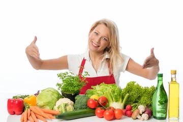 Blonde Hausfrau präsentiert verschiedene Gemüsesorten