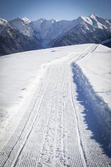 Paesaggio montano innevato delle Alpi Lombarde