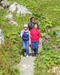 Mutter mit Töchtern beim Wandern