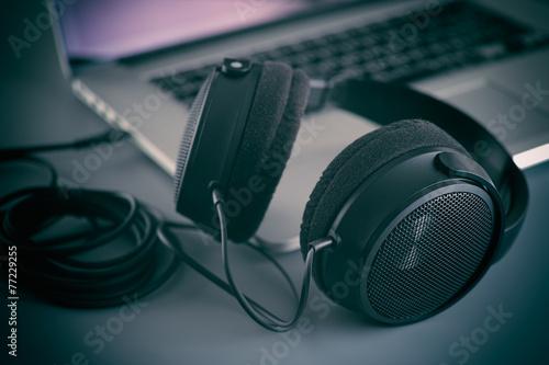 Leinwanddruck Bild Hi-Fi headphones on a laptop in the studio