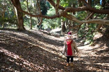 森の中で遊ぶ少女