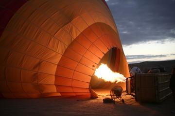 Encendiendo un globo para volar