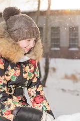 девочка подросток в пуховике зимой