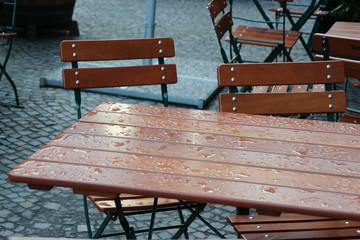 Ein Tisch nach einem Regenschauer
