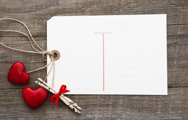 Ein Liebesbrief oder eine Postkarte zum Valentinstag mit Herzen