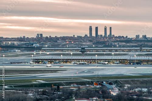 Aluminium Luchthaven Madrid-Barajas Airport during sunset