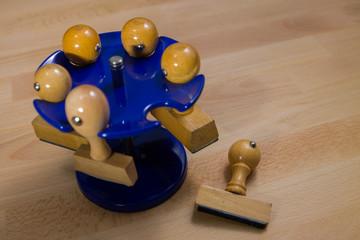 Stempel am Stempelhalter auf dem Schreibtisch