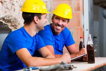 Bauarbeiter machen Pause auf Baustelle