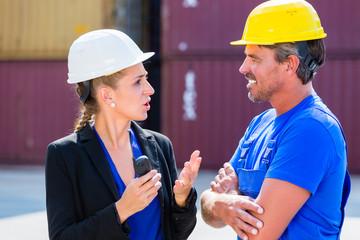 Arbeiter und Managerin auf Hafen Container Terminal