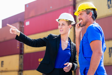 Arbeiter in Logistik Firma diskutieren Fracht Papiere