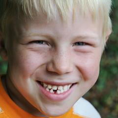 Junge ist stolz auf seine erste Zahnlücke