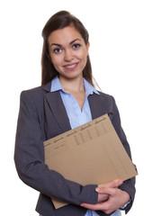 Sympathische Geschäftsfrau im grauen Blazer mit Akte