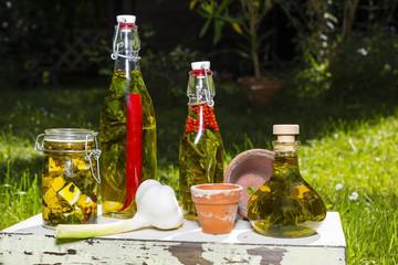 Knoblauchknolle und Olivenöl mit Kräutern, garlic bulb and oli