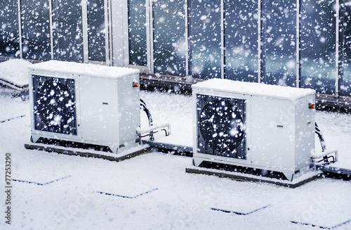 Klimaanlage auf Firmengebäude im Winter - Air Condition Winter - 77253290