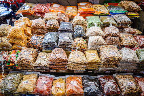 Staande foto Boodschappen Dried fruits and nuts for sale at Gwangjang Market in Seoul