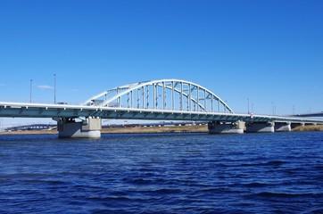 水色のアーチ橋