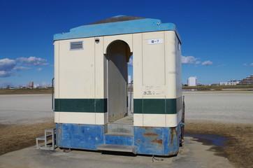 運動場のトイレ