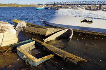 川岸の廃ボート