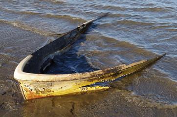 水に埋もれたボート