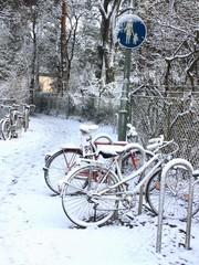 Verschneite Fahrräder
