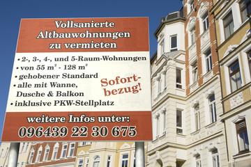 Schild: Vollsanierte Altbauwohnungen zu vermieten!
