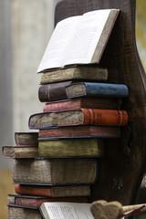 libreria intarsiata nel legno