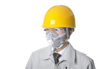 ヘルメットを被った作業服の男性のバストアップ写真