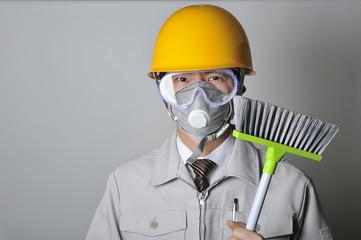 掃除道具を持った作業員