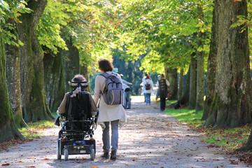 Behinderung - 001 - Rollstuhl - Allee