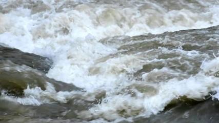 Schneeschmelze im Fluss mit Fischreiher