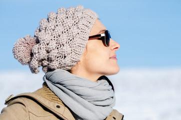 Frau mit Mütze und Sonnenbrille im Winter
