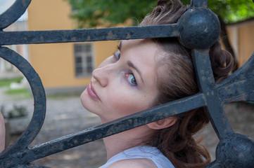 Портрет девушки и чугунных ворот