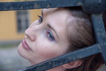Портрет девушки у чугунной решетки