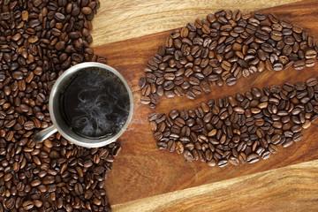 Heisser Kaffee und Kaffeebohnen