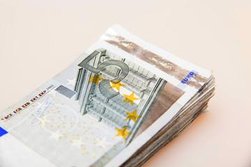 Geldbündel mit 5-Euro-Scheinen