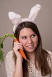 Frau bentutz Gemüse als Telefon