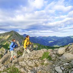 Zwei Frauen wandern im Hochgebirge