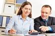 Bürokauffrau rechnet Finanzierung aus